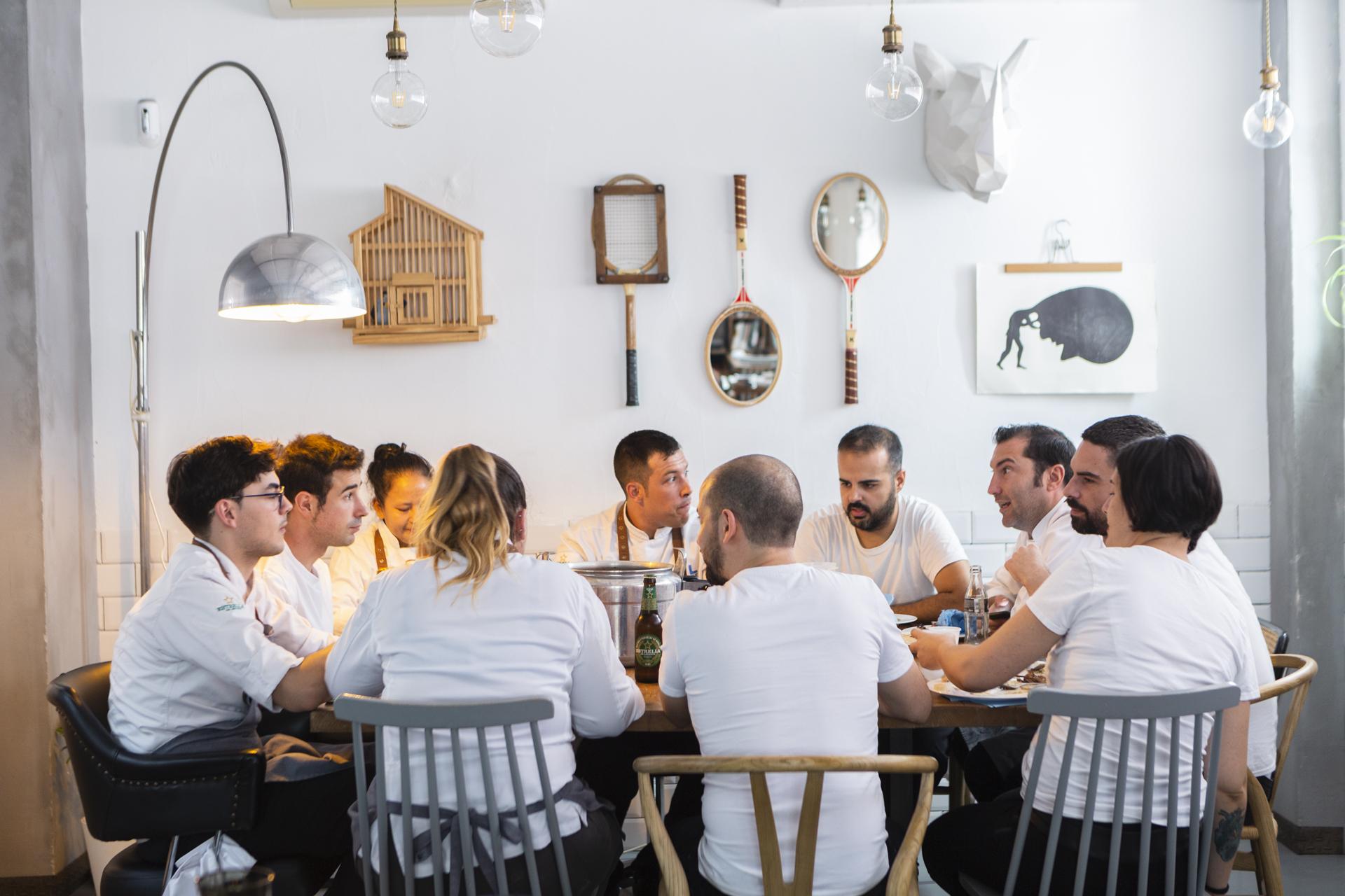 Equipo de Local de Ensayo en la mesa